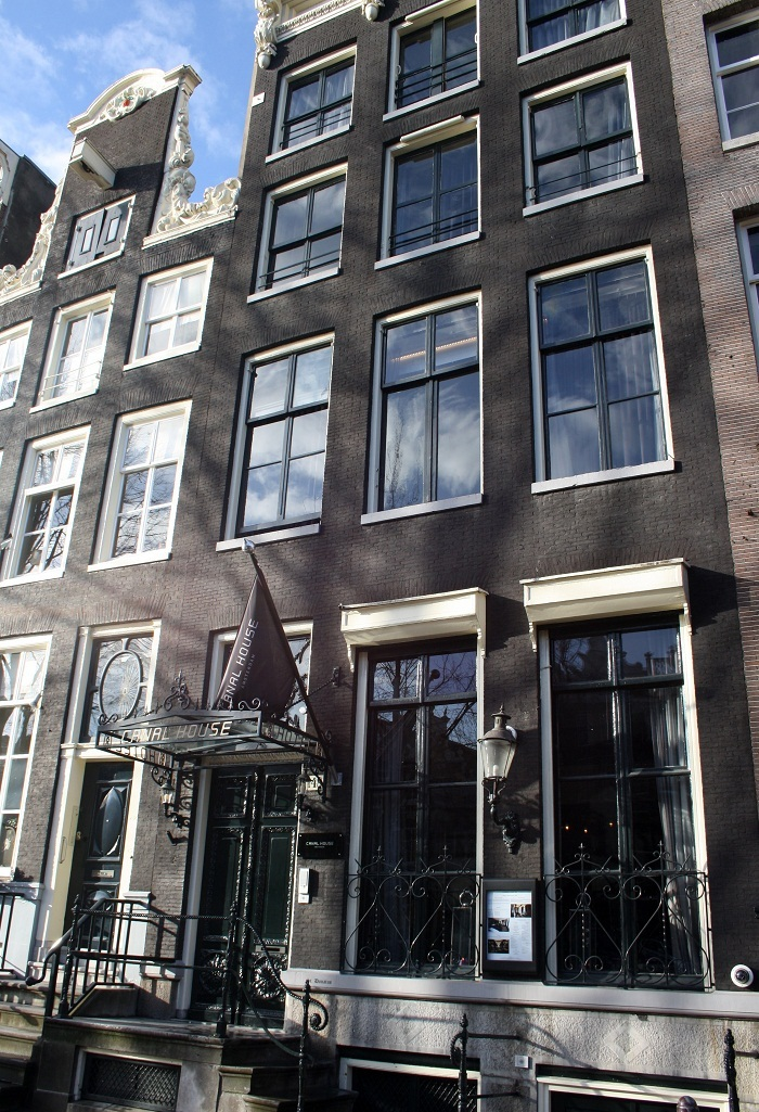 A curious hotel canal house amsterdam for Dutch design hotel amsterdam