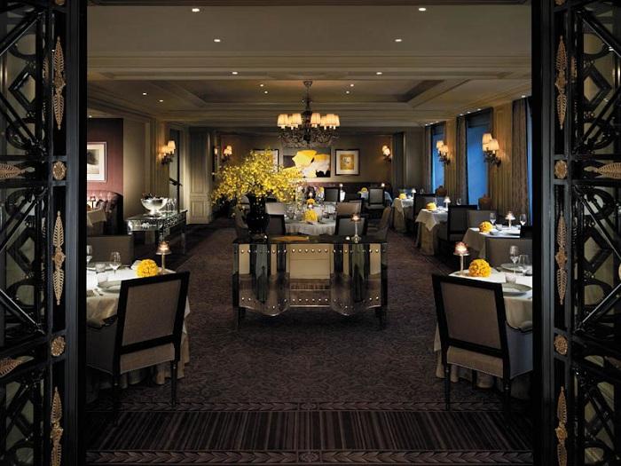 Dining at shangri la paris for Moquette restaurant